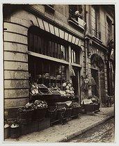Roger-Viollet | 13899 | Shop, 25 rue Charlemagne. Paris (IVth arrondissement), 1910. Photograph by Eugène Atget (1857-1927). Paris, musée Carnavalet. | © Eugène Atget / Musée Carnavalet / Roger-Viollet