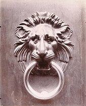 Roger-Viollet | 20733 | Door knocker of the Hôtel de Narbonne-Pelet, 46 rue de Varenne | © Eugène Atget / Musée Carnavalet / Roger-Viollet