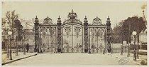 Roger-Viollet | 21290 | Gate of the Monceau park. Paris (VIIIth arrondissement), 1858-1870. Photograph by Charles Marville (1813-1879). Paris, musée Carnavalet. | © Charles Marville / Musée Carnavalet / Roger-Viollet