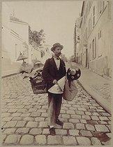 Roger-Viollet | 24909 | LAMPSHADE SELLER | © Eugène Atget / Musée Carnavalet / Roger-Viollet