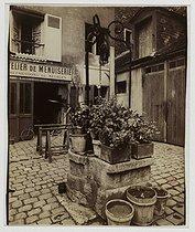 Roger-Viollet | 27526 | Well, 4 rue de l'Essai. Paris (Vth arrondissement), 1910. Photograph by Eugène Atget (1857-1927). Paris, musée Carnavalet. | © Eugène Atget / Musée Carnavalet / Roger-Viollet