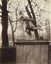 Roger-Viollet | 35044 | Daphné poursuivie par Apollon | © Eugène Atget / Musée Carnavalet / Roger-Viollet