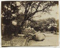 Roger-Viollet | 39131 | Wine exchanges in Bercy warehouses, Paris (XIIth arrondissement), 1913. Photograph by Eugène Atget (1857-1927). Paris, musée Carnavalet. | © Eugène Atget / Musée Carnavalet / Roger-Viollet