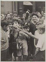 Roger-Viollet | 56579 | Libération de Paris. Le premier pain blanc. Photographie de Agence Presse Libération F.F.I.. Août 1944. Paris, musée Carnavalet. | © Musée Carnavalet / Roger-Viollet