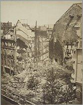 Roger-Viollet | 62528 | J. Andrieu.  Désastres de la guerre : théâtre de la porte Saint-Martin incendié . Paris, musée Carnavalet. | © Musée Carnavalet / Roger-Viollet