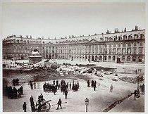 Roger-Viollet | 71300 | French Commune. The Vendôme column knocked over by rebels, on May 16, 1871. Photograph by Alphonse Justin Liébert (1827-1914). Paris, musée Carnavalet. | © Alphonse Liébert / Musée Carnavalet / Roger-Viollet
