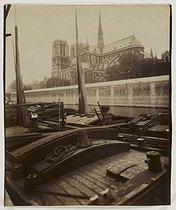Roger-Viollet   74362   Notre-Dame de Paris cathedral, view from the quai Montebello. Paris (Vth arrondissement), 1911. Photograph by Eugène Atget (1857-1927). Paris, musée Carnavalet.   © Eugène Atget / Musée Carnavalet / Roger-Viollet