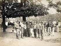 Roger-Viollet | 116580 | THE TUILERIES : THE COMMUNE, CAMP OF THE ARMY OF VERSAILLES ON THE TERRACE | © Bruno Braquehais / Musée Carnavalet / Roger-Viollet