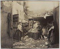 Roger-Viollet   123387   Porte d'Asnières, cité Valmy, ragmen. Paris (XVIIth arrondissement), 1913. Photograph by Eugène Atget (1857-1927). Paris, musée Carnavalet.   © Eugène Atget / Musée Carnavalet / Roger-Viollet