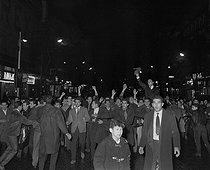 Roger-Viollet | 157008 | Algerian war. Demonstration of Algerian workers. Paris, on October 17, 1961. | © Jacques Boissay / Roger-Viollet