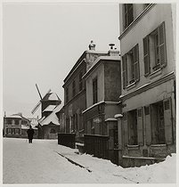 Roger-Viollet | 161993 | A windmill and a street in the snow, Montmartre, Paris (XVIIIth arrondissement). 1941. Photograph by Roger Schall (1904-1995). Paris, musée Carnavalet. | © Roger Schall / Musée Carnavalet / Roger-Viollet