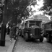 Roger-Viollet   162900   Paris, VIth arrondissement. Stationary bus, bank of Gesvres. 1950's.   © Roger-Viollet / Roger-Viollet