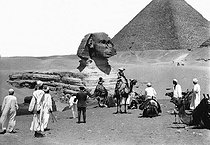 Roger-Viollet | 164182 | Tourists in the pyramids. Gizeh (Egypt) in 1912. | © Jacques Boyer / Roger-Viollet