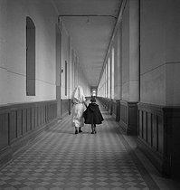 Roger-Viollet | 166005 | HOSPITAL CORRIDOR | © Gaston Paris / Roger-Viollet