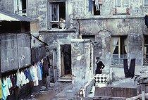 Roger-Viollet | 168788 | Inner courtyard of a building in Belleville. Paris (XXth arrondissement), July 1967. Photograph by Léon Claude Vénézia (1941-2013). | © Léon Claude Vénézia / Roger-Viollet