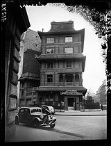 Roger-Viollet | 168871 | The Chinese house or Red Pagoda of Ching Tsai Loo (1880-1957), Chinese art dealer. Paris (VIIIth arrondissement), 48 rue de Courcelles, circa 1945. | © LAPI / Roger-Viollet