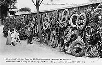 Roger-Viollet | 171618 | The wall of Federates. Paris, cemetery of Père-Lachaise. | © Roger-Viollet / Roger-Viollet
