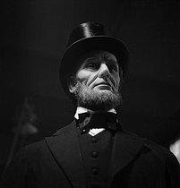 Roger-Viollet | 172331 | Grévin museum. Wax figure of Abraham Lincoln (1809-1865), 16th President of the United States. Paris (IXth arrondissement), circa 1930. | © Gaston Paris / Roger-Viollet