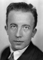 Roger-Viollet   174008   Paul Eluard (1895-1952), French poet, about 1930.   © Henri Martinie / Roger-Viollet