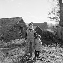 Roger-Viollet | 174429 | Farm in Brittany, 1950's. Photograph by Janine Niepce (1921-2007). | © Janine Niepce / Roger-Viollet