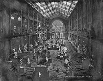 Roger-Viollet   175067   World Fair of 1889, Paris. Presentation of sculptures in the gallery of Fine art.   © Léopold Mercier / Roger-Viollet