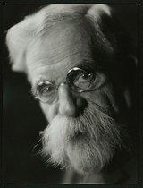 Roger-Viollet | 178015 | François Pompon (1855-1933), sculpteur français. Paris, 1928. | © Laure Albin Guillot / Roger-Viollet