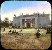 Roger-Viollet | 178107 | World Fair of 1900, Paris. The Egypt's Pavilion. Detail of a colorized stereoscopic view. | © Léon & Lévy / Roger-Viollet