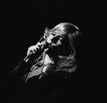 Roger-Viollet | 178445 | Sylvie Vartan. Paris, Olympia, September 1970. | © Patrick Ullmann / Roger-Viollet