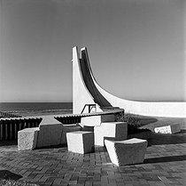 Roger-Viollet | 178799 | Point Zero (architect : Jean Balladur, 1924-2002). Terrace : sculpture by Michèle Godard. La Grande Motte (France). | © Collection Roger-Viollet / Roger-Viollet
