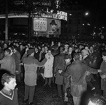 Roger-Viollet | 181103 | Algerian war. Demonstration of Algerian workers. Paris, on October 17, 1961. | © Jacques Boissay / Roger-Viollet