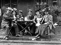 Roger-Viollet | 183800 | Family at the terrace of a café. France, 1900. | © LAPI / Roger-Viollet