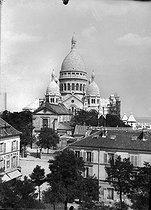 Roger-Viollet | 187822 | Paris (XVIIIth district). The basilica of the Sacré-Coeur of Montmartre under construction, about 1910. | © Léon & Lévy / Roger-Viollet