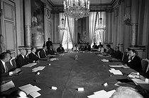 Roger-Viollet   188761   François Mitterrand (1916-1996), President of the French Republic, attending a meeting of the Council of Ministers presided by Laurent Fabius. Hernu, Defferre, Mitterand, Badinter, Rocard, Quiles, Cheysson, Dufoix, Joxe, Bérégovoy, Fabius, Labarrère. Paris, Elysee Palace, July 1984.   © Jean-Régis Roustan / Roger-Viollet
