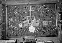 Roger-Viollet | 191746 | Musée du cambriolage.  Panoplie d'armes d'Apaches. A droite : outils pour forcer une coffre-fort avec un arc voltaïque. Au centre : assiette percée et lunettes bleues pour se protéger les yeux pendant l'opération.  Musée Dupuytren, rue de l'Ecole-de-Médecine. Paris (VIe arr.), vers 1930. | © Albert Harlingue / Roger-Viollet