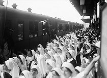 Roger-Viollet | 192202 | War - Convoy of wounded soldiers repatriated from Germany | © Maurice-Louis Branger / Roger-Viollet