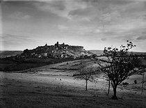 Roger-Viollet | 194321 | Vézelay hill in Yonne, 1946. Photograph by Janine Niepce (1921-2007). | © Janine Niepce / Roger-Viollet