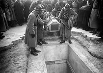 Roger-Viollet | 195086 | Entombment of the Unknown Soldier under the Arc de Triomphe, place de l'Etoile. Paris (VIIIth arrondissement), on January 28, 1921. Photograph from the collections of the newspaper  Excelsior . | © Roger-Viollet / Roger-Viollet