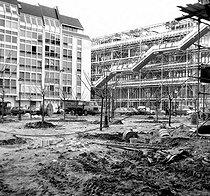 Roger-Viollet | 195663 | Centre national d'art et de culture Georges-Pompidou. Paris, janvier 1977. | © Roger-Viollet / Roger-Viollet