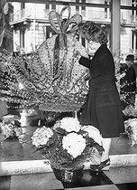 Roger-Viollet | 196620 | Easter egg made with flowers. April 1944. | © LAPI / Roger-Viollet