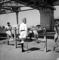 Roger-Viollet | 197103 | The Howrah, bridge on the Hooghly River. Calcutta (Bengal, India). 1961. Photograph by Hélène Roger-Viollet (1901-1985) and Jean Fischer (1904-1985). | © Hélène Roger-Viollet & Jean Fischer / Roger-Viollet