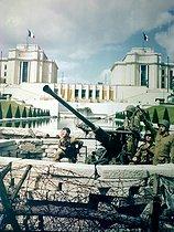 Roger-Viollet | 197496 | World War II. Anti-aircraft 40mm Bofors at Place de la Trocadero. Paris, 1944. BIL-2472 | © Bilderwelt / Roger-Viollet