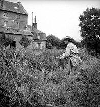 Roger-Viollet   198471   Tony Burnand pêchant au lancer.   © Tony Burnand / Roger-Viollet