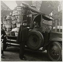 Roger-Viollet | 201107 | Delivery at the Halles market. Paris (Ist arrondissement), 1938. Photograph by Roger Schall (1904-1995). Paris, musée Carnavalet. | © Roger Schall / Musée Carnavalet / Roger-Viollet
