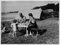 Roger-Viollet | 201997 | Family of campers | © Roger-Viollet / Roger-Viollet