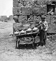 Roger-Viollet | 202957 | Water porter. Tyr (Lebanon), by 1871. | © Léon & Lévy / Roger-Viollet