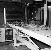 Roger-Viollet | 203268 | Baguettes de pain sortant du four. France, 1974. | © Marie-Anne Lapadu / Roger-Viollet