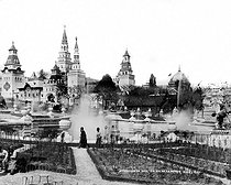Roger-Viollet   205358   Trocadero Palais de la Russie vers fontaines, exposition 1900.   © Léopold Mercier / Roger-Viollet