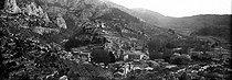 Roger-Viollet | 205374 | Fontaine-de-Vaucluse (Vaucluse). Panorama. Vers 1900. | © Léon & Lévy / Roger-Viollet