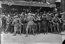 Roger-Viollet | 211078 | Crowds at the Victory parade in Paris. July 14, 1919. | © Albert Harlingue / Roger-Viollet