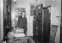 Roger-Viollet | 213396 | Télécommunications. Radioffusion. Poste de TSF Cabine de transmission du  Petit Parisien . | © Jacques Boyer / Roger-Viollet